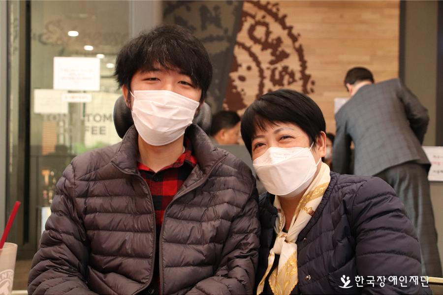 김경자·정영훈 모자가 카메라를 응시하며 웃고 있다.