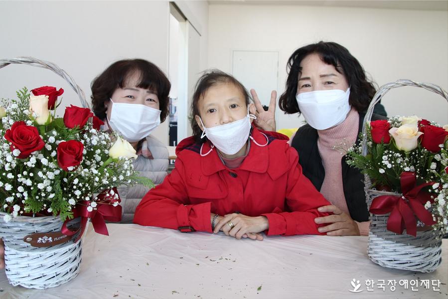 어머니(오른쪽)와 활동지원사(왼쪽)의 사랑을 듬뿍 받고 있는 김세진 씨의 모습.